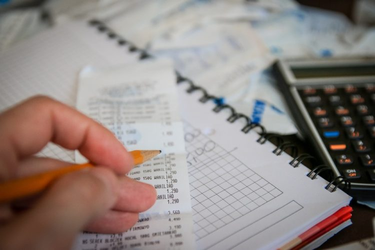When do I need a GST/HST number as an independent contractor?
